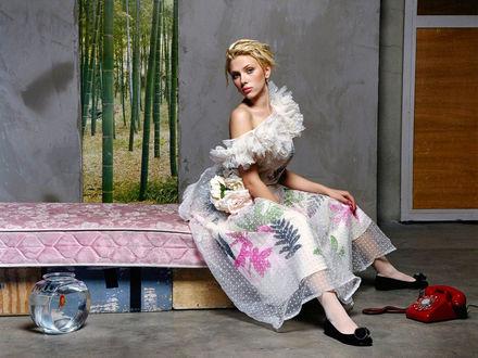 Обои Скарлетт Йоханссон / Scarlett Johansson в красивом платье сидит перед красным телефоном