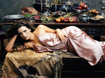 Обои Kate Beckinsale лежит на скамье, за ней стол заваленный овощами и фруктами