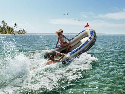Обои на море парень катает девушку на лодке,где вместо мотора он сам