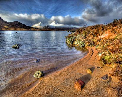 Обои Песчаный берег прозрачного озера
