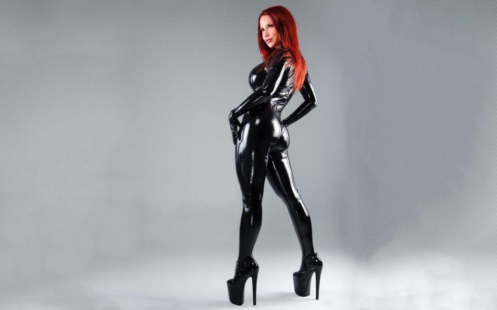 Обои для рабочего стола Bianca в черном костюме из латекса