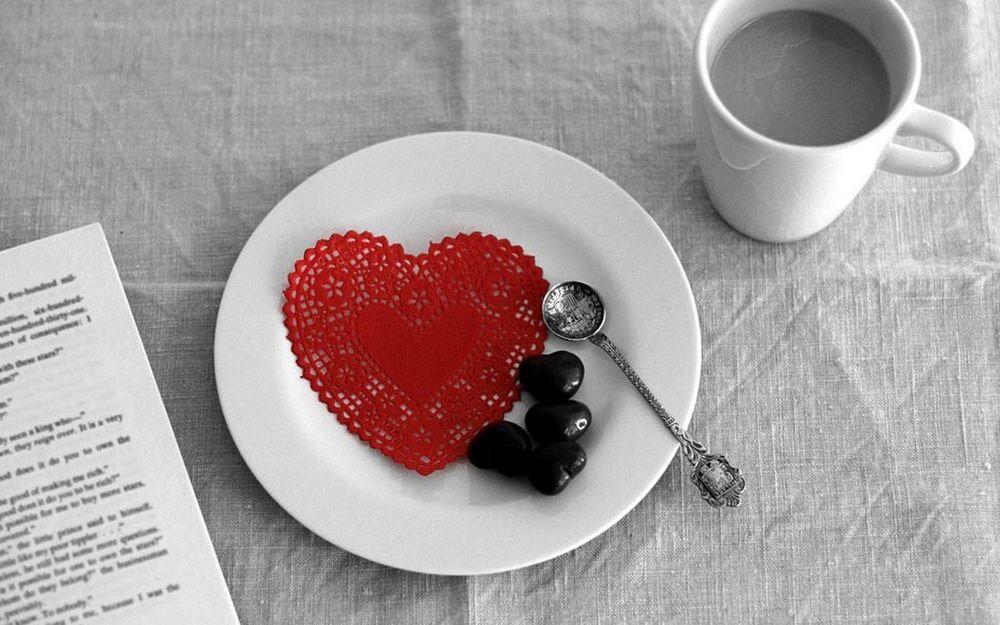 Обои для рабочего стола Шоколадные конфетки к чаю, и салфетка в виде сердца