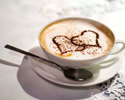 Обои Кофе со сливками и шоколадной присыпкой в форме сердечек