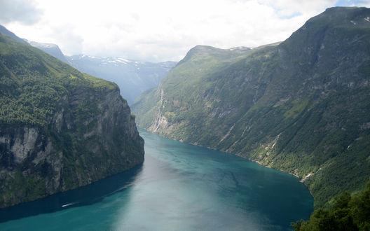 Обои Живописное место: горы и широкая река
