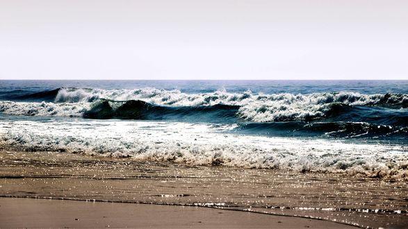 Обои Волны синего моря бьются о берег