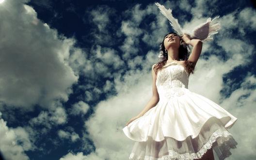 Обои Девушка в белом платье с крыльями в руке