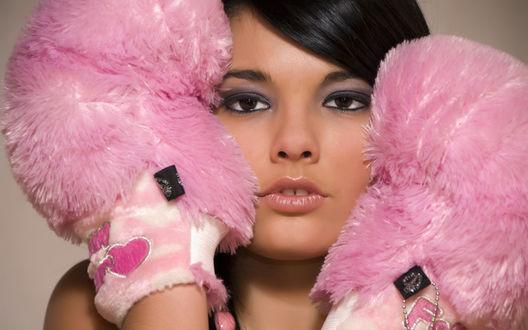 Обои Девушка в пушистых, розовых перчатках