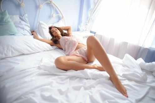 Обои Красивая девушка в нижнем белье лежит на кровати