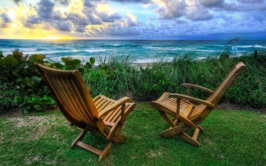 Обои Шезлонги с видом на берег морской