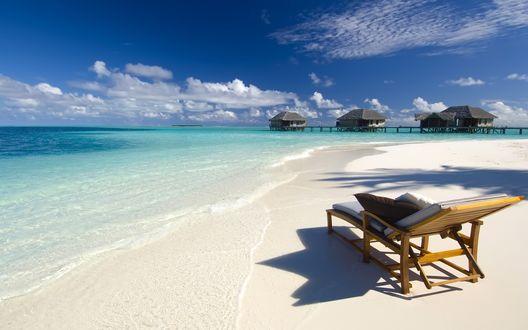 Обои Шезлонг на пляже у моря