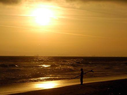 Обои Одинокий парень на берегу моря