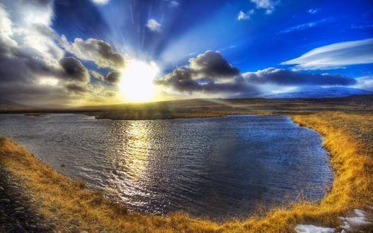 Обои Красивое озеро под голубым небом