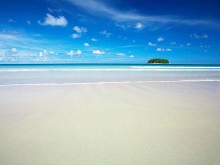 Обои Морской пляж с видом на остров
