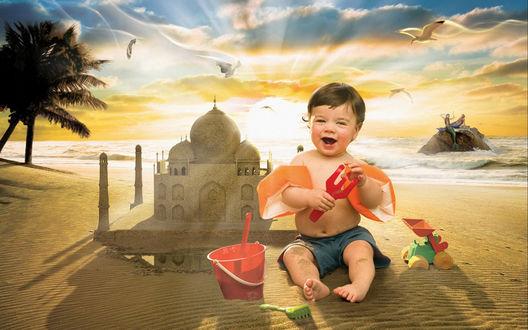 Обои Счастливый малыш строит замки из песка на пляже, вокруг него летают птицы, вдали русалки греются на камнях....