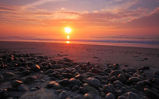 Обои Галька и песчаный пляж на закате