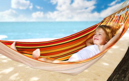Обои Девочка лежит в гамаке на пляже