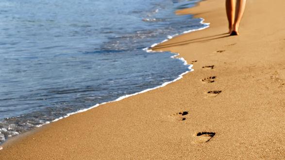 Обои Девушка оставила следы на морском берегу