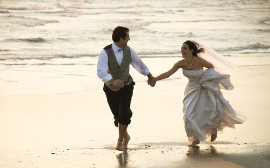 Обои Жених с невестой, свадьба на берегу моря