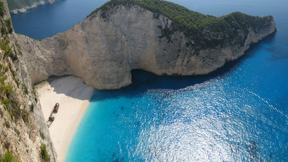Обои Берег океана окруженный горами
