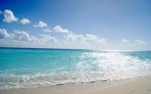 Обои Волны спокойного моря ласкают берег в ясную погоду