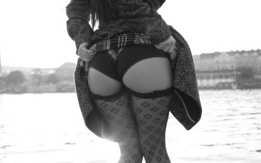 Обои Девушка приподняла юбку