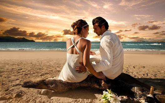 Обои Мужчина и девушка в белой одежде на пляже на берегу моря
