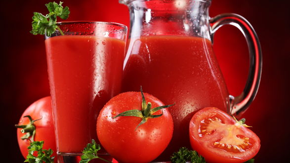 Обои Томатный сок и цельные помидоры