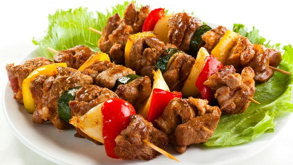 Обои Шашлык на тарелке с листьями салата