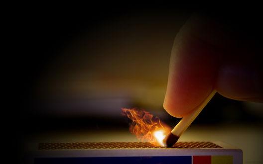 Обои Спичка зажигается при чирканье ею об коробок