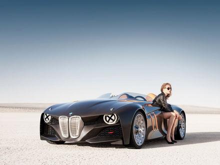 Обои Девушка сидит в BMW кабриолете нового поколения