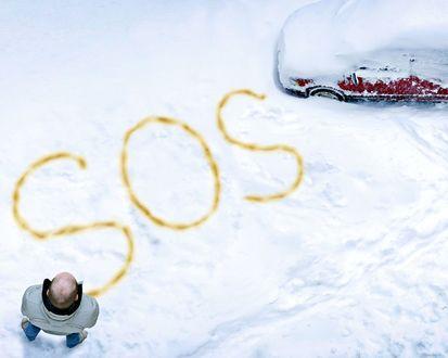 Обои Мужчина застрял в снегу на своем авто, и просит о спасении (SOS)