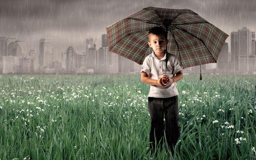 Обои Мальчик с зонтиком на краю города под ливнем