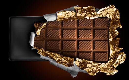 Обои Плитка чёрного шоколада в золотой обвёртке