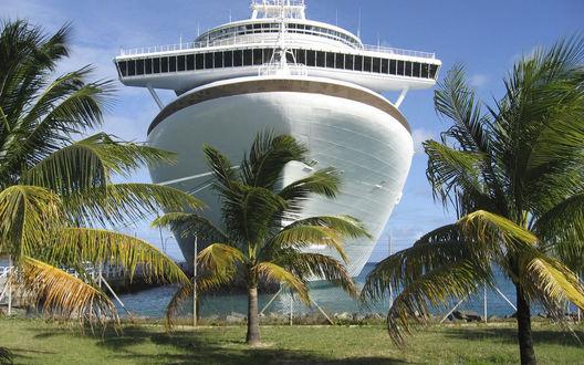 Обои Огромнейший белый лайнер у причала