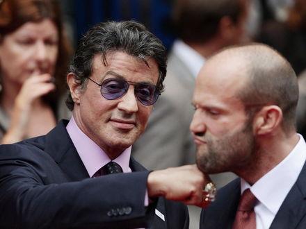 Обои Сильвестер Сталлоне/ Sylvester Stallone  бьет в челюсть Джейсона Стэтхема / Jason Statham
