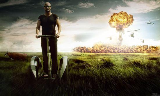 Обои Гоша Куценко уезжает по полю от ядерного взрыва (Fiero Animals) на сигвее
