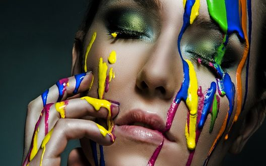 Обои Лицо девушки, залитое  красками