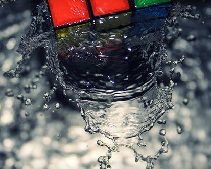 Обои Вода льется на кубик-рубика