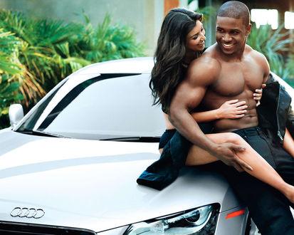 Обои Пара сидит на капоте Ауди / Audi