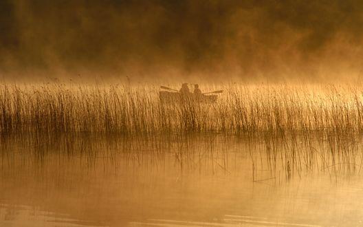 Обои Лодка по среди реки в плотном тумане
