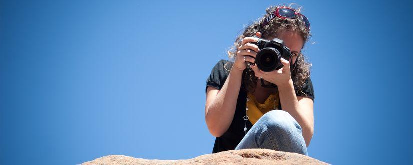 Обои Девушка с профессиональным фотоаппаратом Canon