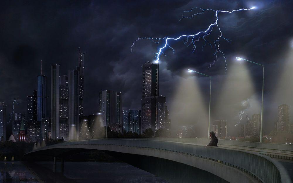 Обои для рабочего стола Девушка на мосту в огромном ночном городе, в небе сверкают молнии