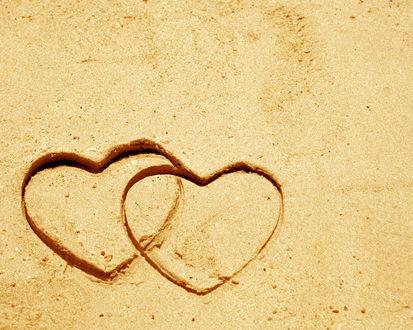 Обои Два сердечка на пляжном песке