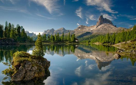 Обои Зеркально гладкое горное озеро