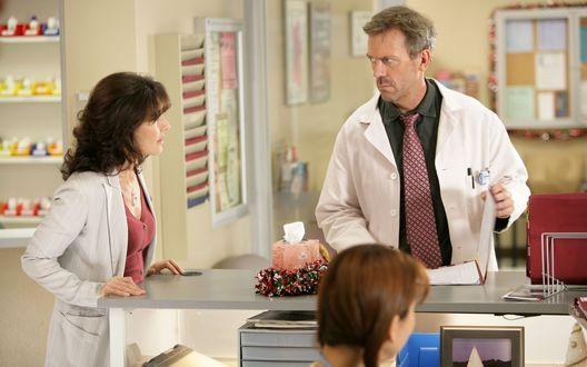 Обои Доктор Хаус (Хью Лори) в клинике за работой, сериал Доктор Хаус