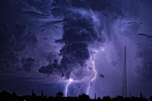 Обои Молния в ночном небе с облаками