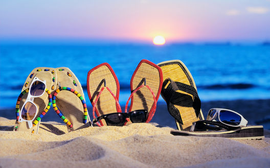 Обои Пляжные шлепанцы в песке