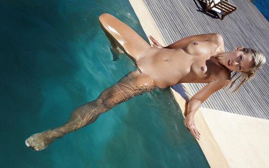 Обои Голая девушка лежит в бассейне