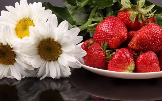 Обои Клубника в блюдце и цветы