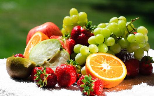 Обои Фруктово-ягодное ассорти (виноград, апельсин, клубника, яблоко)
